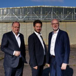 Die Geschäftsführer der EGE auf dem Gelände des ehemaligen Militärflughafens in Niederkrüchten-Elmpt. Auf einer Teilfläche soll künftig eines der größten Industriegebiete in NRW entstehen. (v.l.n.r. Dr. Thomas Jablonski, Tobias Hinsen und Ingo Schabrich)